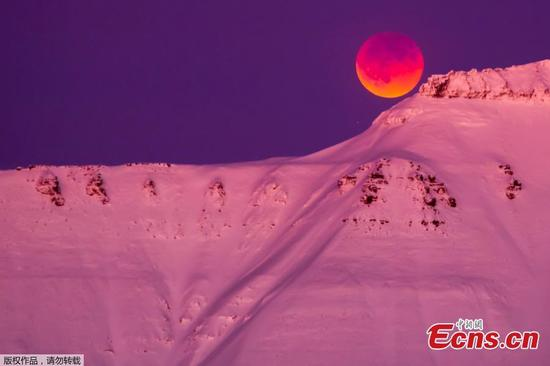 A super blue blood moon behind a mountain is seen from Longyearbyen, Svalbard, Norway, Jan. 31, 2018. (Photo/Agencies)