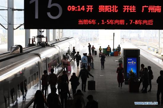 Passengers board a train at the Guiyangbei Railway Station in Guiyang, capital of southwest China's Guizhou Province, March 1, 2018. Guiyang railway was expected to witness a travel peak of 110,000 passengers on Thursday, one day before the Lantern Festival. (Xinhua/Liu Xu)