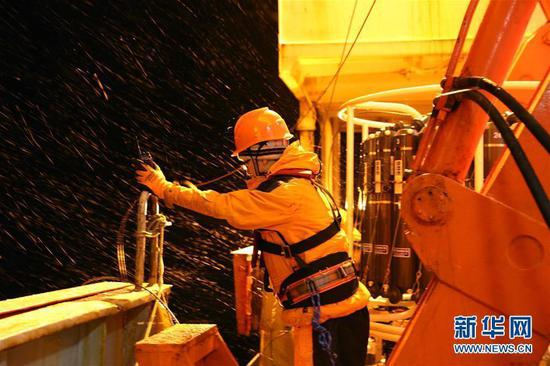 Members of China's 34th Antarctic expedition make preparations for a marine survey on the research icebreaker Xuelong in the Amundsen Sea, March 2, 2018. This marks the first time Chinese research has been conducted in this area. (Photo/Xinhua)
