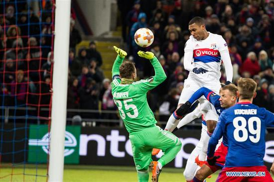 Marcelo (2nd L) of Lyon heads to score during the UEFA Europa League round of 16 first leg match between Russia's CSKA and France's Lyon, in Moscow, Russia, March 8, 2018. Lyon won 1-0. (Xinhua/Wu Zhuang)