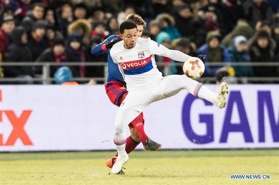 Bertrand Traore (R) of Lyon shoots during the UEFA Europa League round of 16 first leg match between Russia's CSKA and France's Lyon, in Moscow, Russia, March 8, 2018. Lyon won 1-0. (Xinhua/Wu Zhuang)