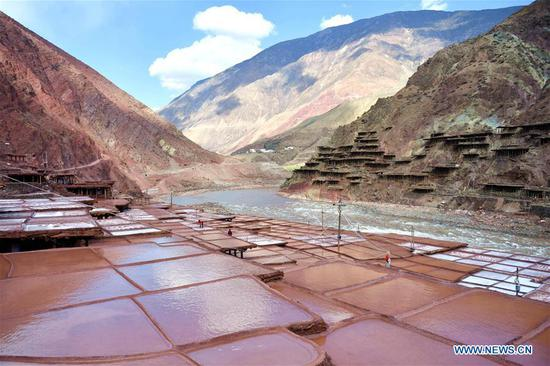 This photo taken on March 11, 2018 shows saline fields in Mangkam County of Qamdo, southwest China's Tibet Autonomous Region. Local salt farmers have followed a centuries-old harvesting method by collecting brines from the rocks and drying them in prepared fields until the salt within crystalizes. (Xinhua/Jigme Dorgi)