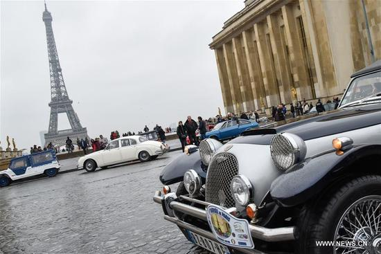 Photo taken on Jan. 7, 2018 shows vintage cars and the Eiffel Tower in Paris, France. Hundreds of vintage cars, racing cars, jeeps, buses, motorcycles and bikes participated on Sunday in the 18th Paris Crossing of Classic Cars. (Xinhua/Chen Yichen)