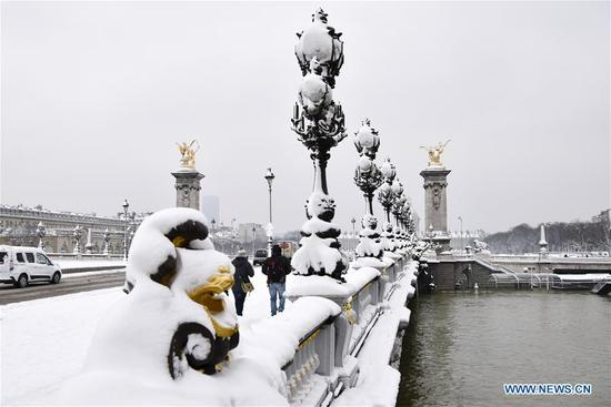 Photo taken on Feb. 7, 2018 shows the Alexandre III Bridge in Paris, France. A snap cold and intensified snowfall hit Paris and its surrounding areas.(Xinhua/Chen Yichen)