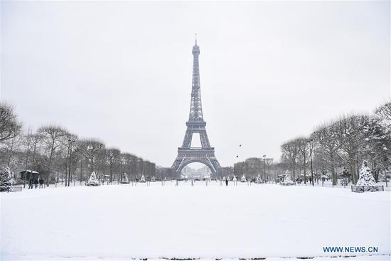 Photo taken on Feb. 7, 2018 shows the Eiffel Tower in Paris, France. A snap cold and intensified snowfall hit Paris and its surrounding areas. (Xinhua/Chen Yichen)
