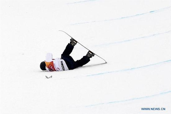 Yuto Totsuka of Japan crashes during men's halfpipe finals of snowboard at 2018 PyeongChang Winter Olympic Games at Phoenix Snow Park, in PyeongChang, South Korea, Feb. 14, 2018. (Xinhua/Lui Siu Wai)