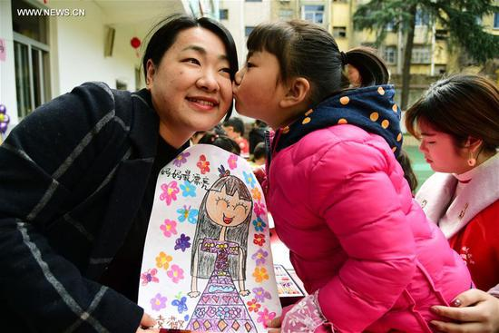 A child sends her drawing to her mother during an activity ahead of the International Women's Day at Chaoyanglou kindergarten in Zhenjiang City, east China's Jiangsu Province, March 6, 2018. (Xinhua/Shi Yucheng)