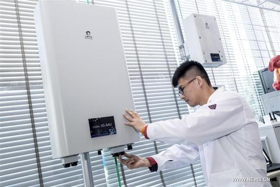 An engineer debugs radio frequency unit at the trial 5G base station in Wuhan, central China's Hubei Province, Feb. 5, 2018. The first trial 5G base station opened in Hubei on Feb. 1. The province will be among the first in China to conduct mass trials of 5G technology.(Xinhua/Xiong Qi)