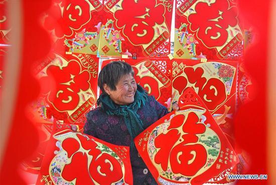 A woman picks Chinese character