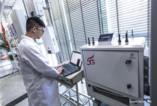 An engineer checks broadband at the trial 5G base station in Wuhan, central China's Hubei Province, Feb. 5, 2018. The first trial 5G base station opened in Hubei on Feb. 1. The province will be among the first in China to conduct mass trials of 5G technology.(Xinhua/Xiong Qi)