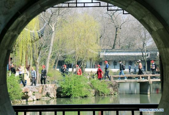 Tourists enjoy early spring scenery at the Zhuozhengyuan Garden, a famous ancient garden in Suzhou, east China's Jiangsu Province, March 13, 2018. (Xinhua/Wang Jiankang)