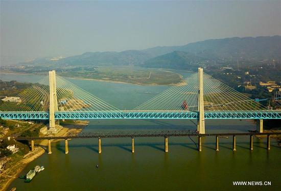 A bullet train runs on a bridge of Chongqing-Guiyang Railway in southwest China's Chongqing Municipality, Jan. 9, 2018. A railway connecting two major cities in southwest China, Chongqing and Guiyang is under trial run. Designed for passenger trains running at a speed of 200 kilometers per hour, the railway will improve traffic between China's southwest and northwestern, eastern, southern areas. (Xinhua/Liu Chan)