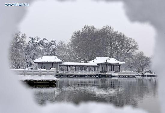 Snow covers the Longhu Park in Huainan City, east China's Anhui province, Jan. 5, 2018, on the occasion of