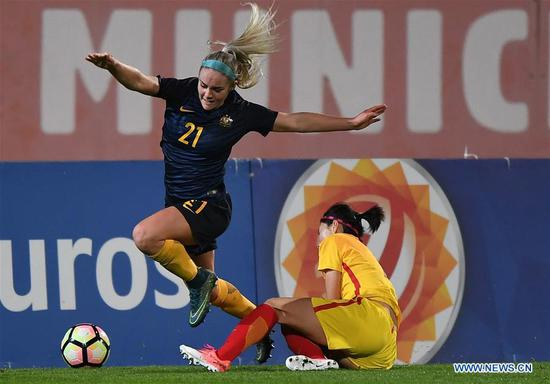 Ellie Carpenter (L) of Australia breaks through during the Group A last round match between China and Australia at the 2018 Algarve Cup women's soccer tournament in Albufeira, Portugal, March 5, 2018. Australia won 2-0.(Xinhua/Zhang Liyun)