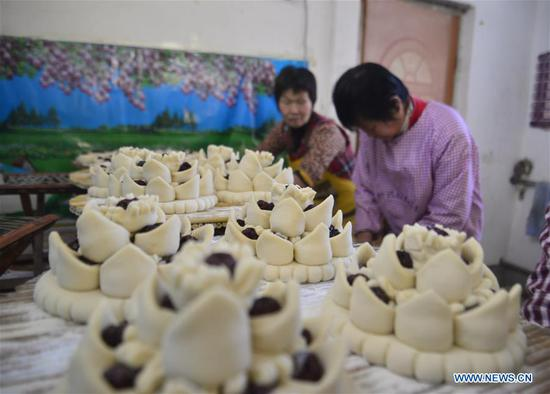Villagers make steamed buns at Xiaozhuang Village of Jiazhai Town in Chiping County of Liaocheng City, east China's Shandong Province, Feb. 13, 2018. Steamed bun with colorful patterns, a kind of traditional food in some parts of China, is usually made during the Spring Festival to convey the meaning of better life. (Xinhua/Zhao Yuguo)