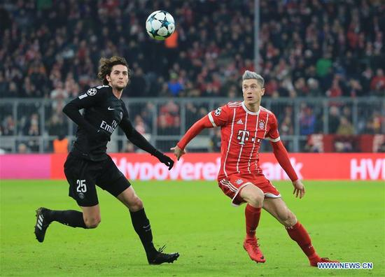 Robert Lewandowski (R) of Bayern Munich competes with Adrien Rabiot of Paris Saint-Germain during a UEFA Champions League group B match between Bayern Munich and Paris Saint-Germain in Munich, Germany, Dec. 5, 2017. Bayern won 3-1. (Xinhua/Philippe Ruiz)