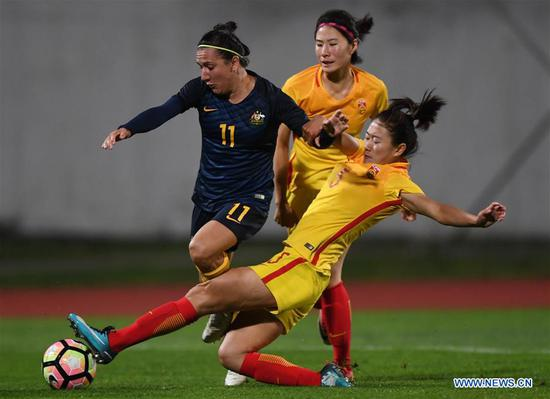 Wu Haiyan (R) of China vies with Lisa De Vanna of Australia during the Group A last round match at the 2018 Algarve Cup women's soccer tournament in Albufeira, Portugal, March 5, 2018. China lost 0-2.(Xinhua/Zhang Liyun)