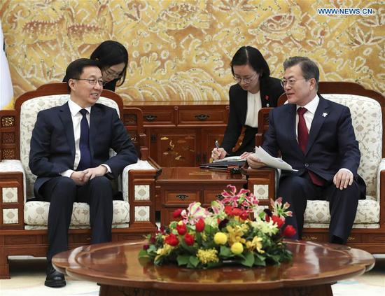 Chinese President Xi Jinping's special envoy Han Zheng (L), who is also a member of the Standing Committee of the Political Bureau of the Communist Party of China Central Committee, meets with South Korean President Moon Jae-in in Seoul, South Korea, Feb. 8, 2018. Han was invited by Moon and Thomas Bach, president of the International Olympic Committee, to attend the opening ceremony of the PyeongChang Winter Olympics. (Xinhua/Pang Xinglei)