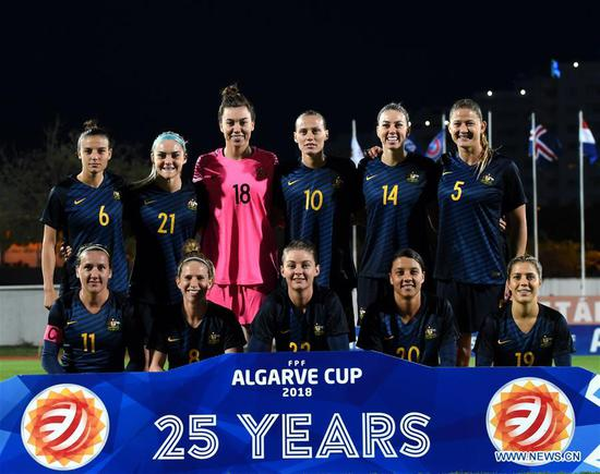 Players of Australia line up ahead of the Group A last round match between China and Australia at the 2018 Algarve Cup women's soccer tournament in Albufeira, Portugal, March 5, 2018. Australia won 2-0.(Xinhua/Zhang Yadong)