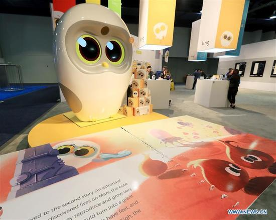 Luka, a reading robot produced by Chinese company Ling, reads a picture book at Consumer Electronics Show (CES) in Las Vegas, the United States, Jan. 10, 2018. (Xinhua/Li Ying)