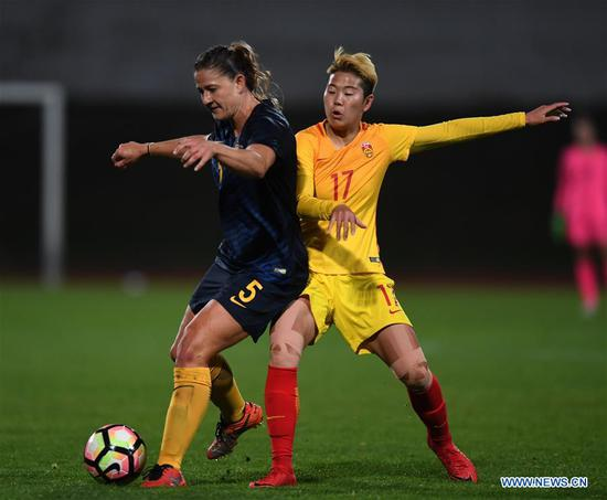 Li Ying (R) of China vies with Laura Alleway of Australia during the Group A last round match at the 2018 Algarve Cup women's soccer tournament in Albufeira, Portugal, March 5, 2018. China lost 0-2.(Xinhua/Zhang Liyun)
