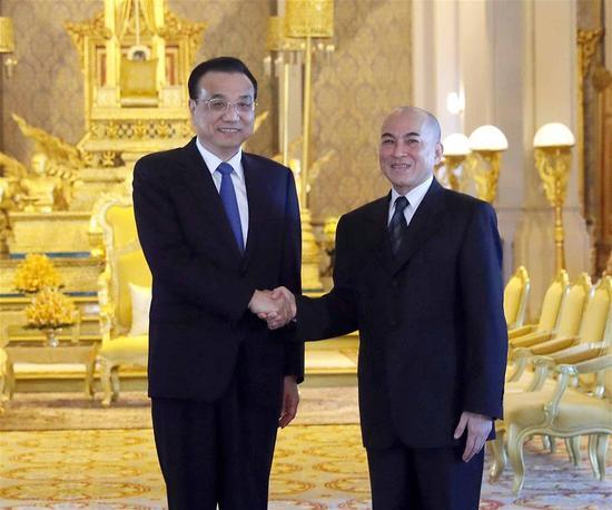 Chinese Premier Li Keqiang (L) meets with Cambodian King Norodom Sihamoni in Phnom Penh, Cambodia, Jan. 11, 2018. (Xinhua/Liu Weibing)