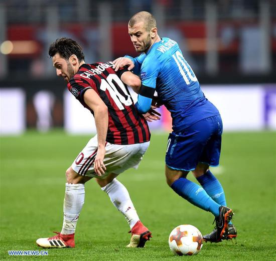 AC Milan's Giacomo Bonaventura competes with Arsenal's Calun Chambers during a Europa League round of 16 first leg soccer match between AC Milan and Arsenal at the San Siro stadium in Milan, Italy, March 8, 2018. Arsenal won 2-0. (Xinhua/Alberto Lingria)