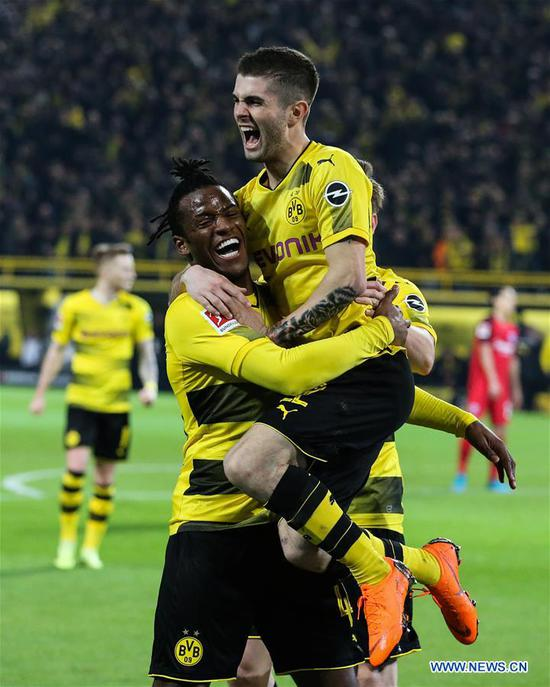 Michy Batshuayi (L) of Dortmund celebrates with his teammates during the German Bundesliga soccer match between Borussia Dortmund and Eintracht Frankfurt in Dortmund, Germany, on March 11, 2018. Dortmund won 3-2. (Xinhua/Joachim Bywaletz)