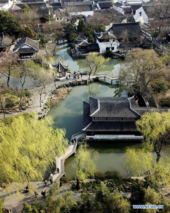 Tourists enjoy early spring scenery at the Zhuozhengyuan Garden, a famous ancient garden in Suzhou, east China's Jiangsu Province, March 13, 2018. (Xinhua/Xu Zhiqiang)