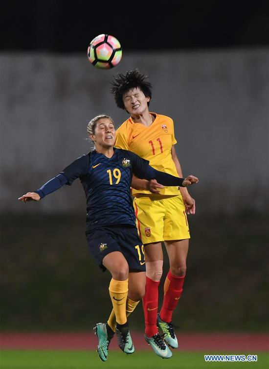 Wang Shanshan (R) of China vies with Katrina Gorry of Australia during the Group A last round match at the 2018 Algarve Cup women's soccer tournament in Albufeira, Portugal, March 5, 2018. China lost 0-2.(Xinhua/Zhang Liyun)