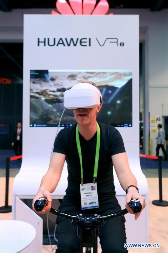A man experiences IMAX VR produced by Huawei of China at Consumer Electronics Show (CES) in Las Vegas, the United States, Jan. 10, 2018. (Xinhua/Li Ying)