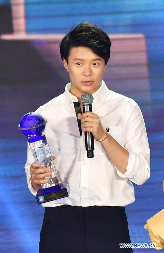 Shi Tingmao of China gives a speech after receiving the trophy of FINA Best Female Diver 2017 during the FINA World Aquatics Gala in Sanya, south China's Hainan Province, Dec. 2, 2017. (Xinhua/Guo Cheng)