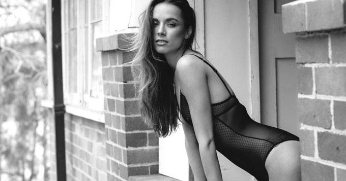 澳大利亚环球小姐黑白大片裸身出镜