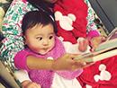 贾静雯小女陪姐姐看书