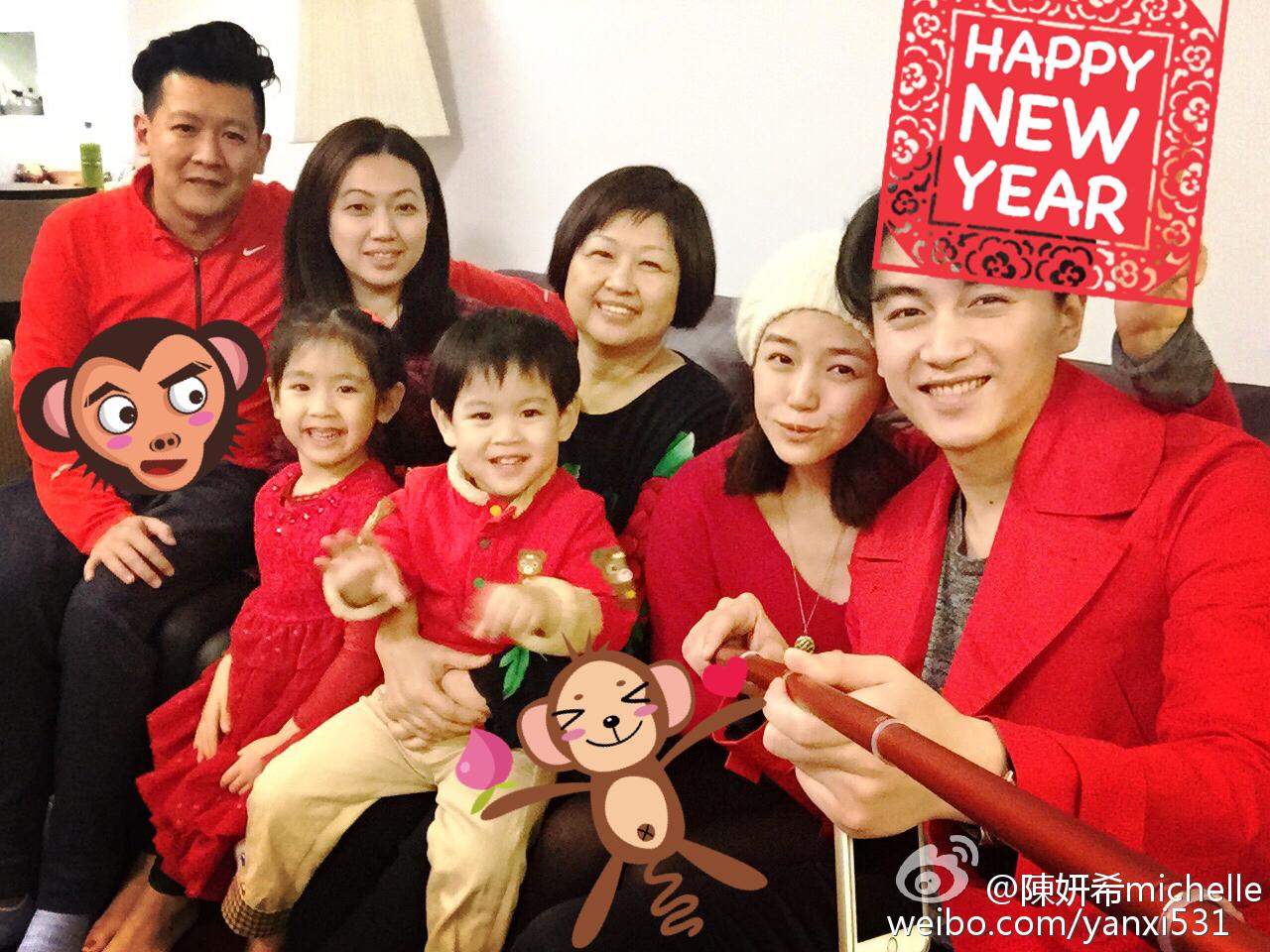陈妍希晒陈晓和家人合影 陈母笑容满面