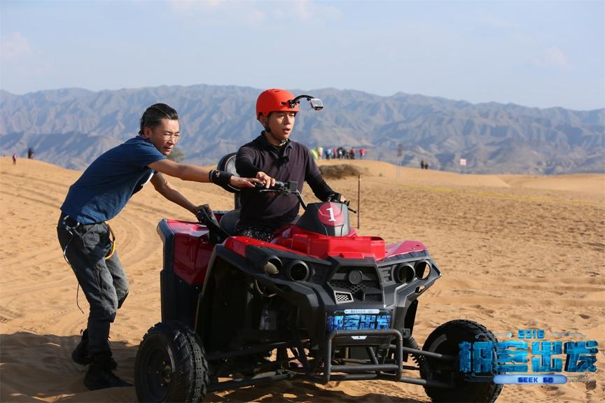 高博帮助海泉骑沙漠摩托