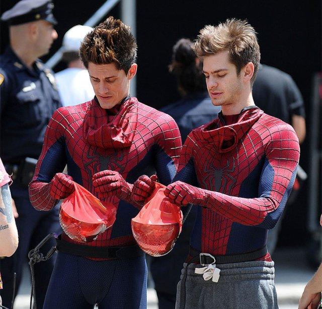 """两只""""蜘蛛侠"""",戴上头套分不清(图片来自网络)"""
