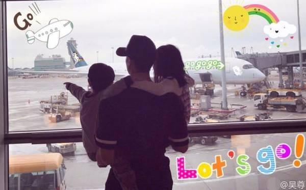 吴尊抱两个孩子