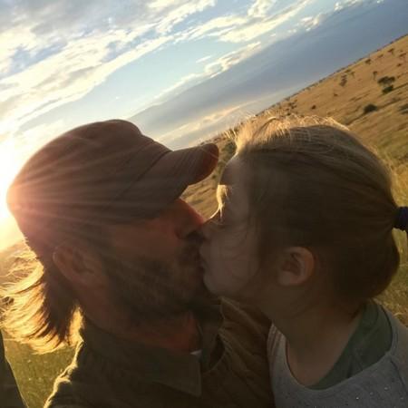 贝克汉姆亲吻女儿小七