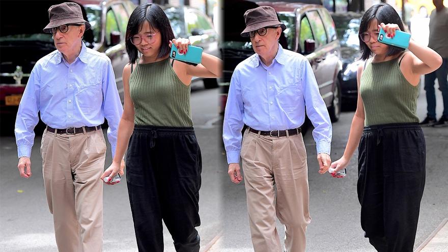 伍迪-艾伦携18岁养女低调出街 小姑娘戴眼镜学生气足
