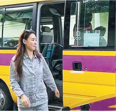 张柏芝穿着睡衣送两子乘校车上学。