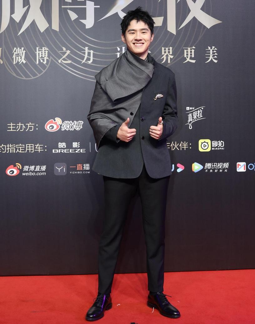 劉昊然笑容少年感十足