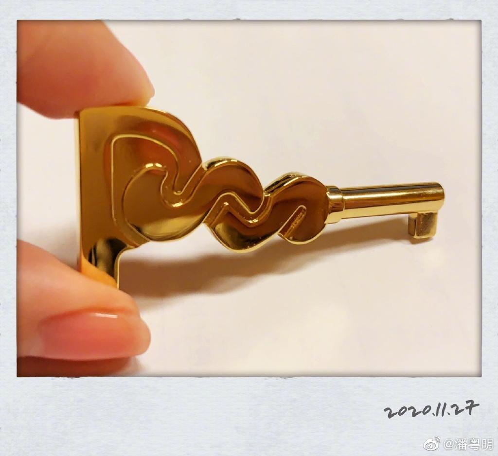 潘粤明晒了一把钥匙 拿钥匙的姑娘手激发猜想