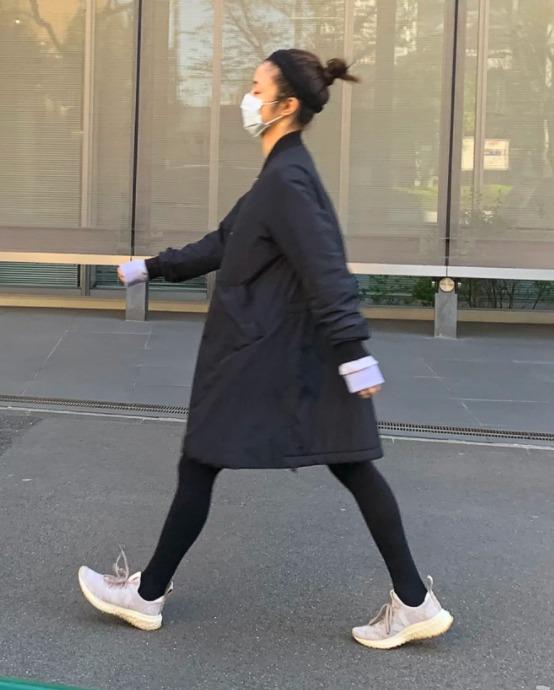 上户彩被拍到带娃购物逛公园 身形苗条尽显年轻