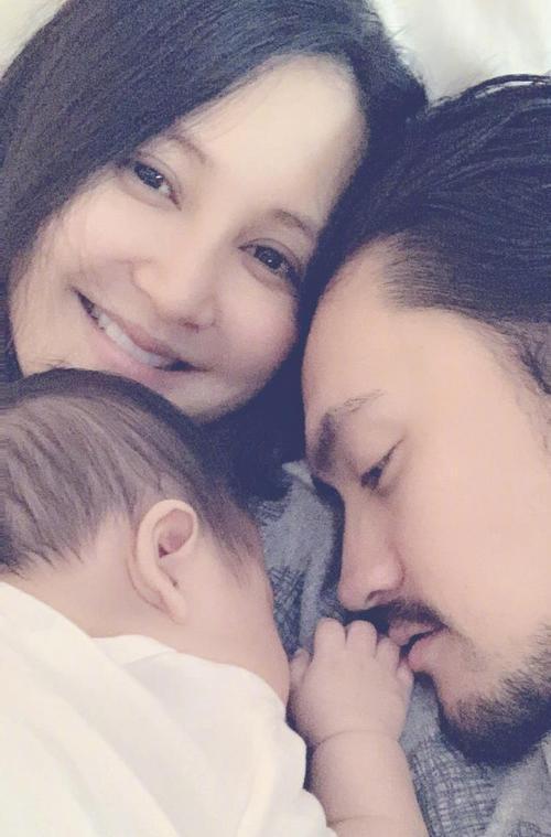张歆艺晒与儿子甜蜜睡前对话 四坨小奶音表白超萌