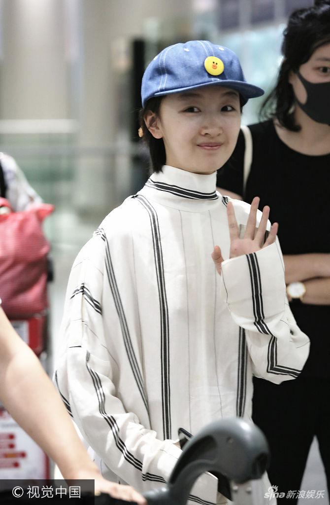 组图:周冬雨纯素颜现身机场秀少女肌 小黄鸭帽子亮了