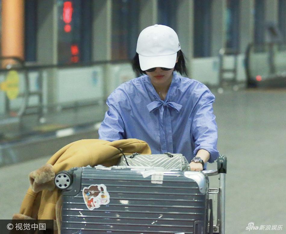 高清套图:刘诗诗穿着随性现身机场 自推行李一路低头前行