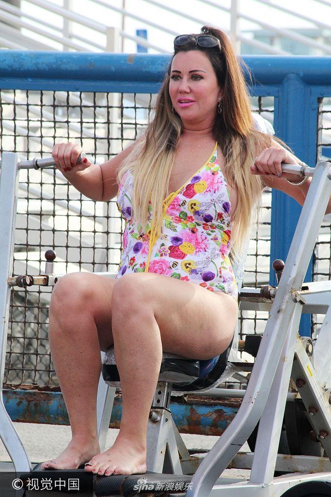 乐讯 当地时间2017年9月26日,女星Lisa Appleton身着碎花泳池健