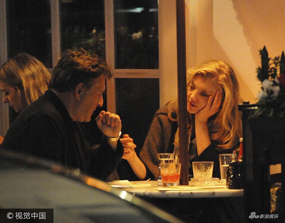 """高清套图:""""小玫瑰""""多默尔与神秘男约会吃饭托腮甜笑"""