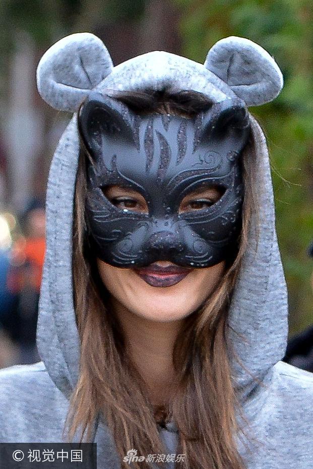 组图 安布罗休戴猫脸面具释放萌力 儿子被妈妈 牵着走